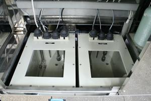 Баки омывочного раствора и деионизованной воды